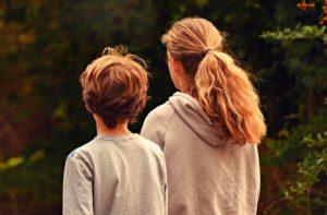 Sohn und Tochter mit Freistellungsauftrag draußen unterwegs