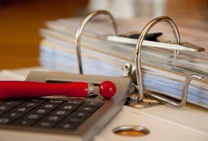 Taschenrechner Stift und Unterlagen für Freistellungsauftrag in Ordner