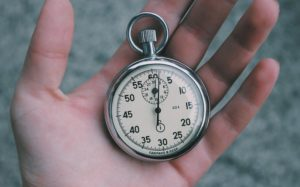 Taschenuhr in offener Hand gehalten für Zeitmessung Blitzkredit