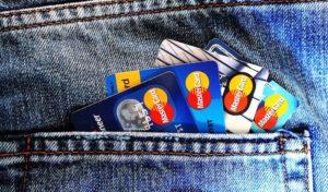 Vier verschiedene Studentenkreditkarten in Rücktasche einer Jeans