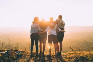 Vier Freunde Arm in Arm für Privatkredit