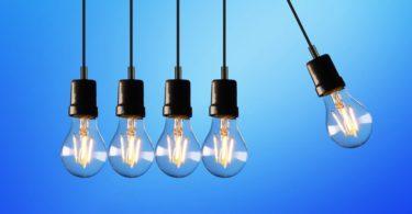 Von anderen Glühbirnen wegschwingende Glühbirne für Stromanbieter wechseln