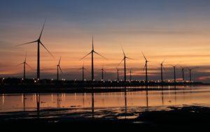 Windkraftanlagen beim Erzeugen von Ökostrom im Sonnenuntergang
