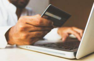 Zahlung mit Studentenkreditkarte am Laptop