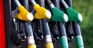 Vier Zapfhähne an Tankstelle zum Billig Tanken