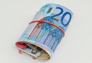Zusammengerollte Euroscheine für Festgeld Anlage