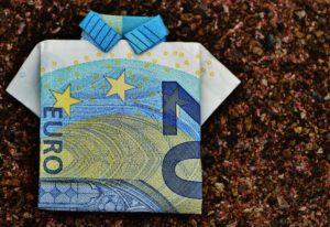 Zwanzig Euro Schein zu Hemd gefaltet