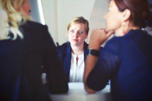 Zwei Frauen beraten Dritte Frau bei Schuldnerberatung