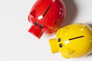 Zwei Sparschweine für Ersparnis aus Lebensversicherung beitragsfrei stellen